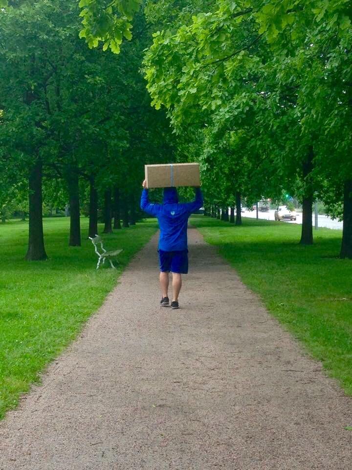 Resimde Halil paketimizle ev yolunda. Fotoğraf: Melis Arı.